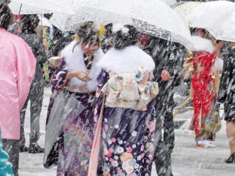 【成人の日】雪と振袖